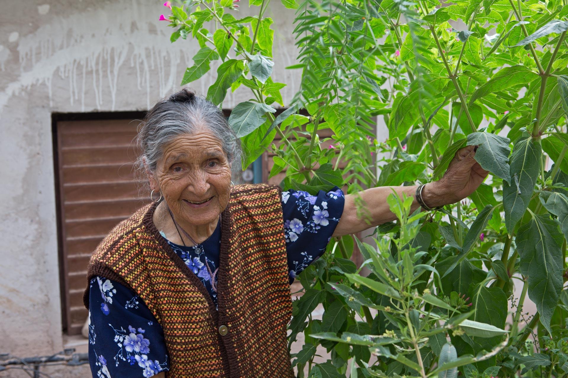 Doña Josefina, sanadora espiritual, coplera y tejedora en Maimara