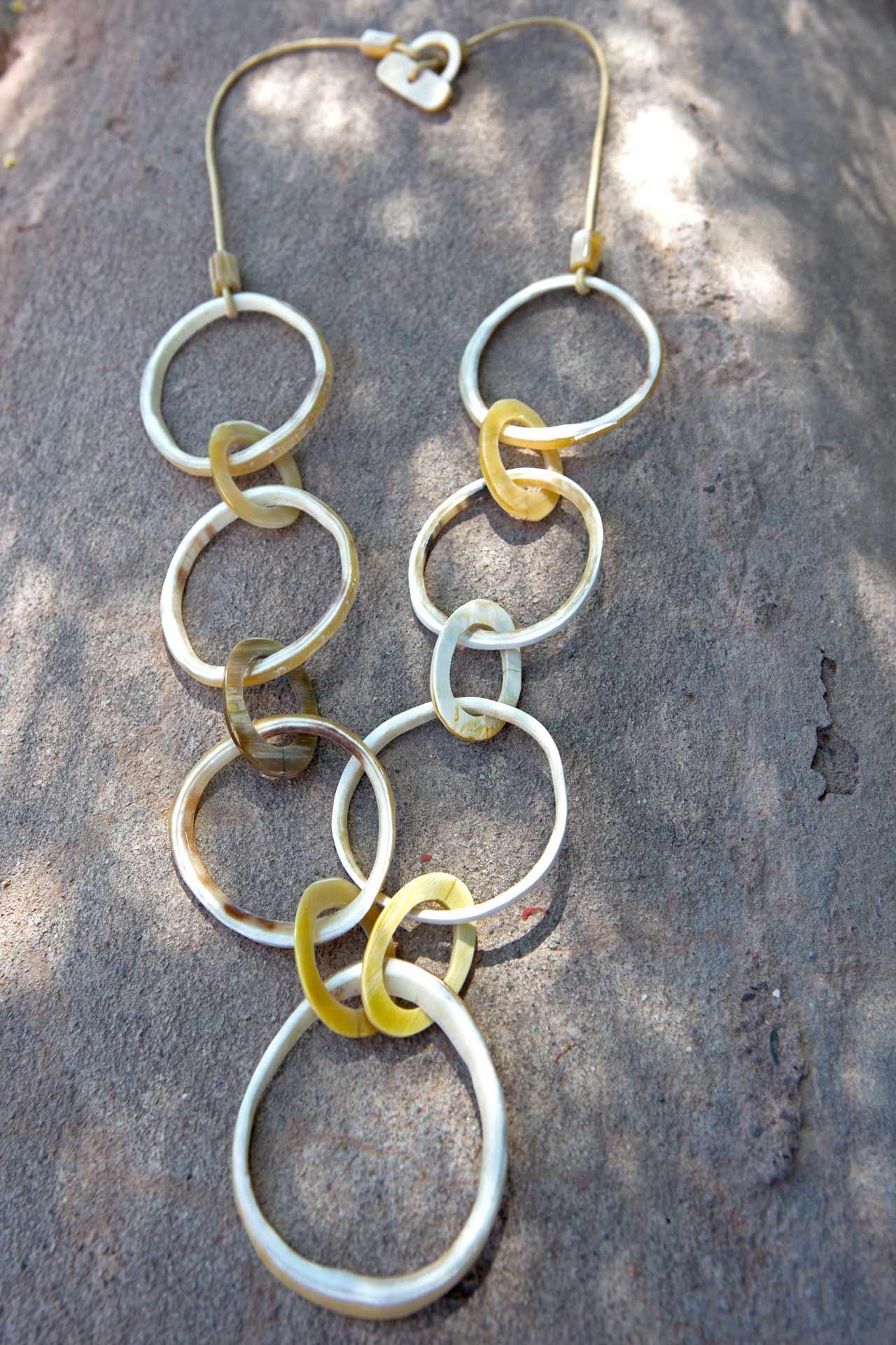 """Halskette Modell """"Salinas"""" mit gewachstem Baumwollband und Hornschliesse, Länge:"""