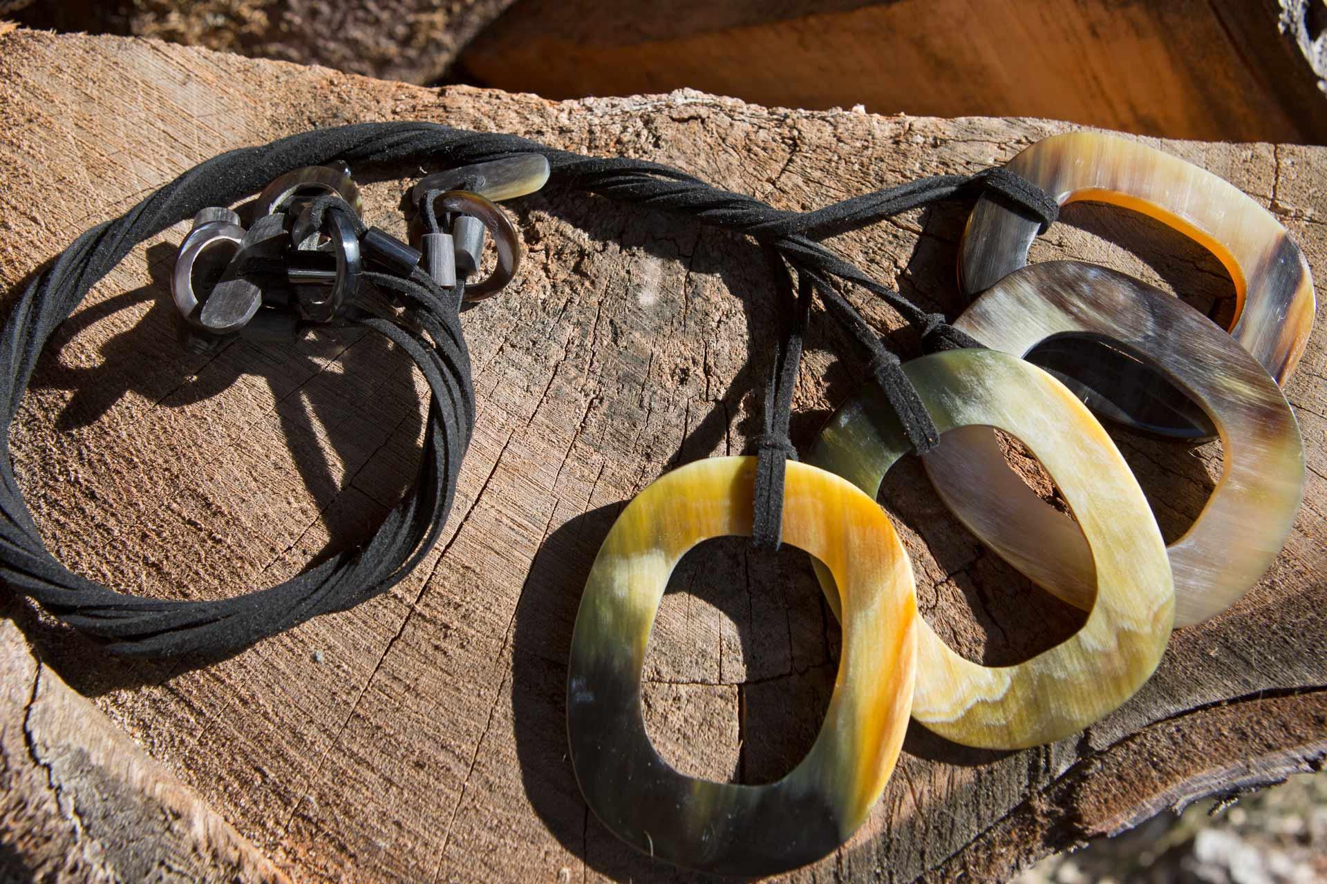 """Halskette Modell """"Puna"""", Wildlederband mit Hornschliesse, Länge: ca. 55 cm"""