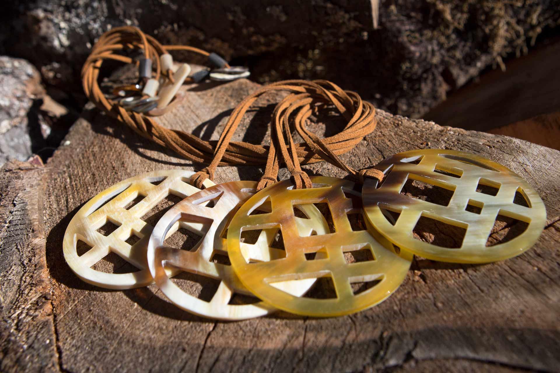 """Anhänger """"Purma"""" mit Wildlederband u. Hornschliesse, Länge: ca. 55 cm"""
