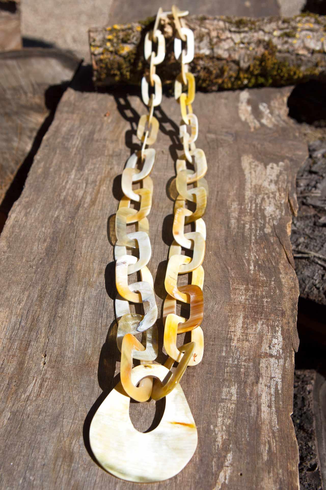 "Halskette Modell ""Tukumana"" mit Hornanhänger, Länge: ca. 60 cm"