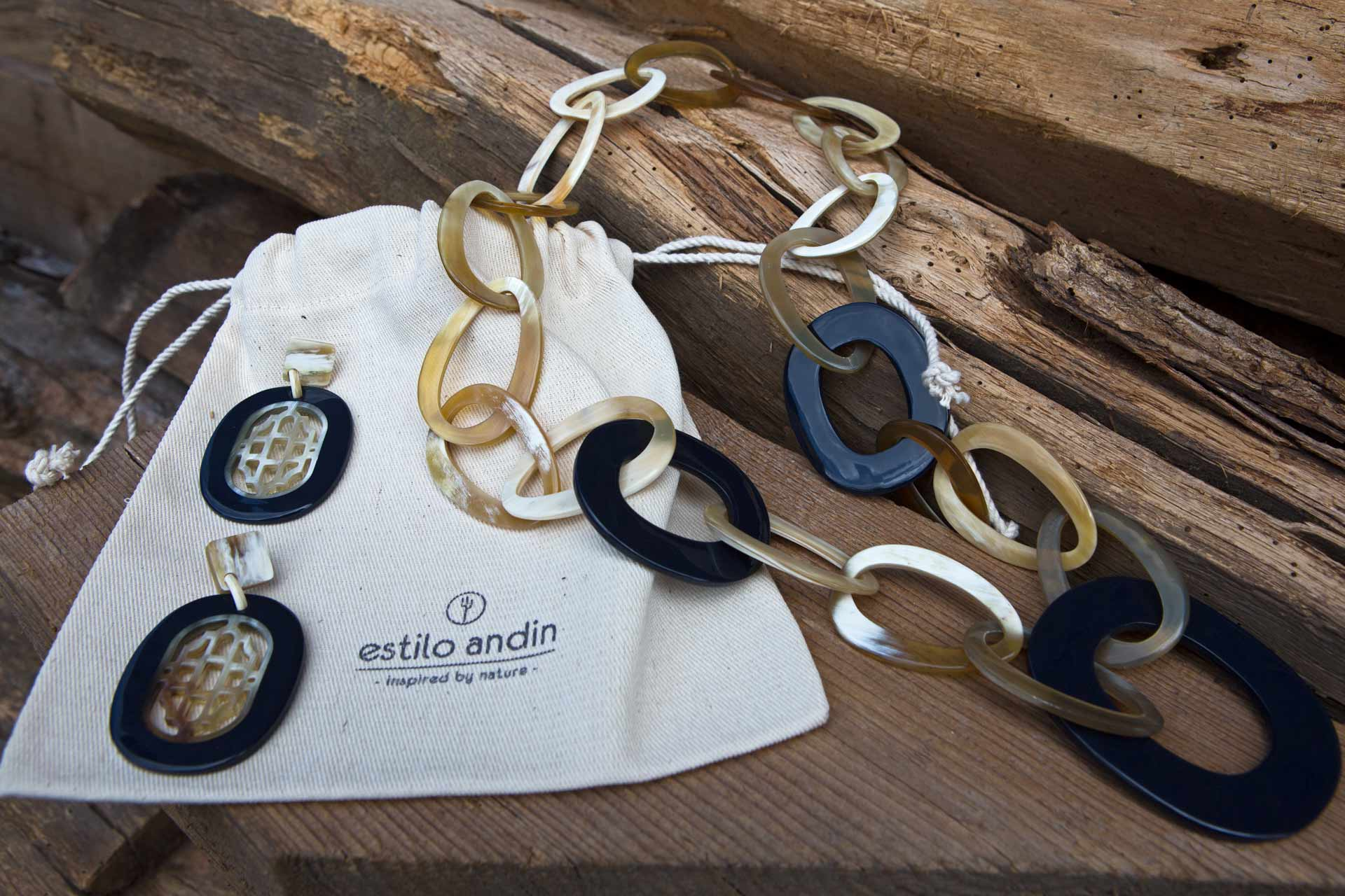 Halskette und Ohrringe Natur-/lackiertes Horn Farbe: night blue