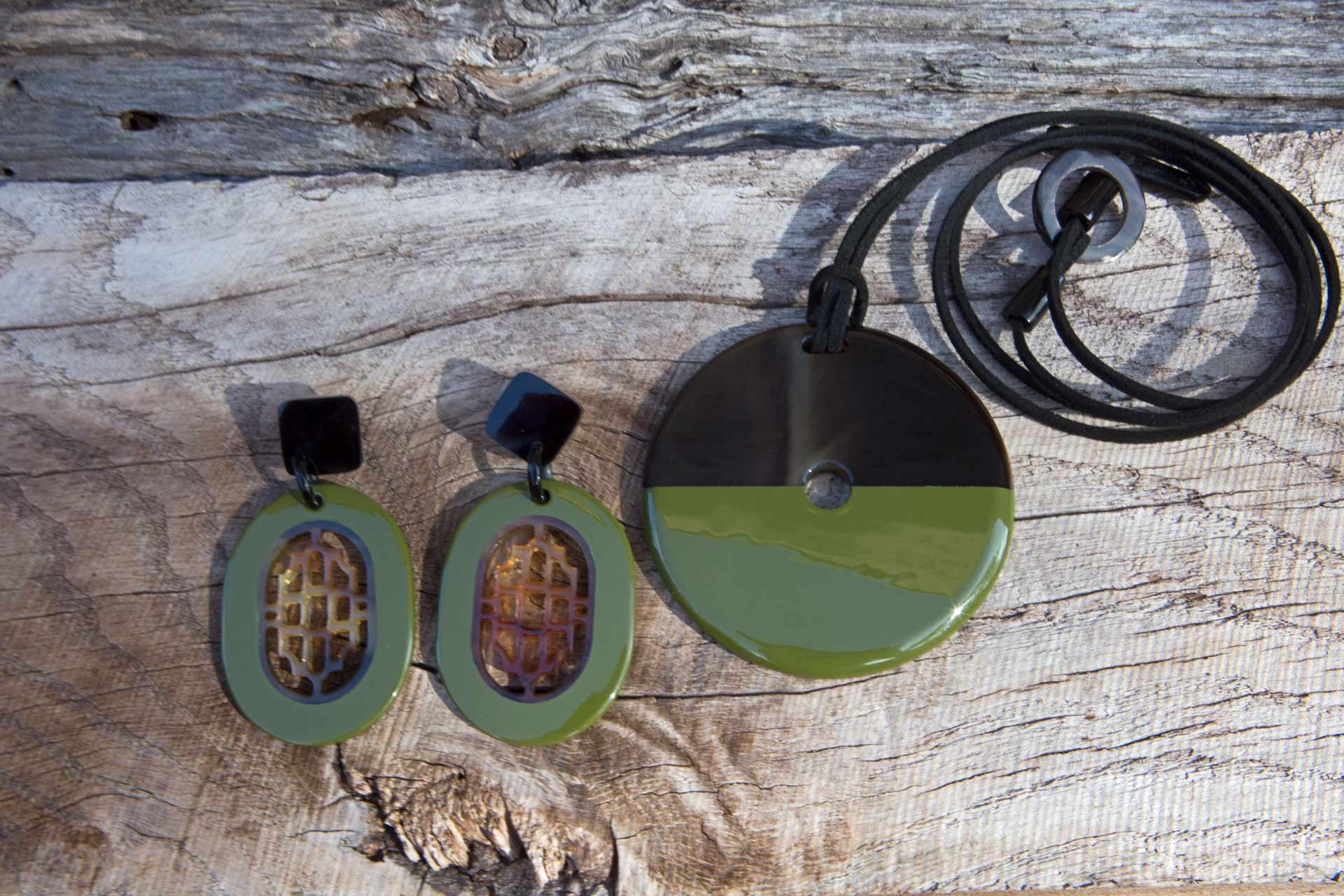 """Anhänger """"Luna"""" mit Wildlederband u. Hornschliesse, Länge: ca. 55 cm, Natur-/lackiertes Horn - Farbe: military green Ohrringe in natur/lackiertem Horn - Farbe: military green"""