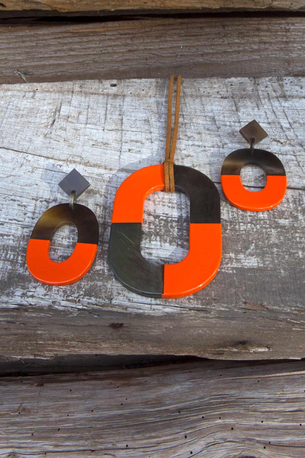 """Anhänger """"Puna/Lack"""" mit Wildlederband u. Hornschliesse, Länge ca. 55 cm Ohrringe in natur/lackiertem Horn - Farbe: orange"""