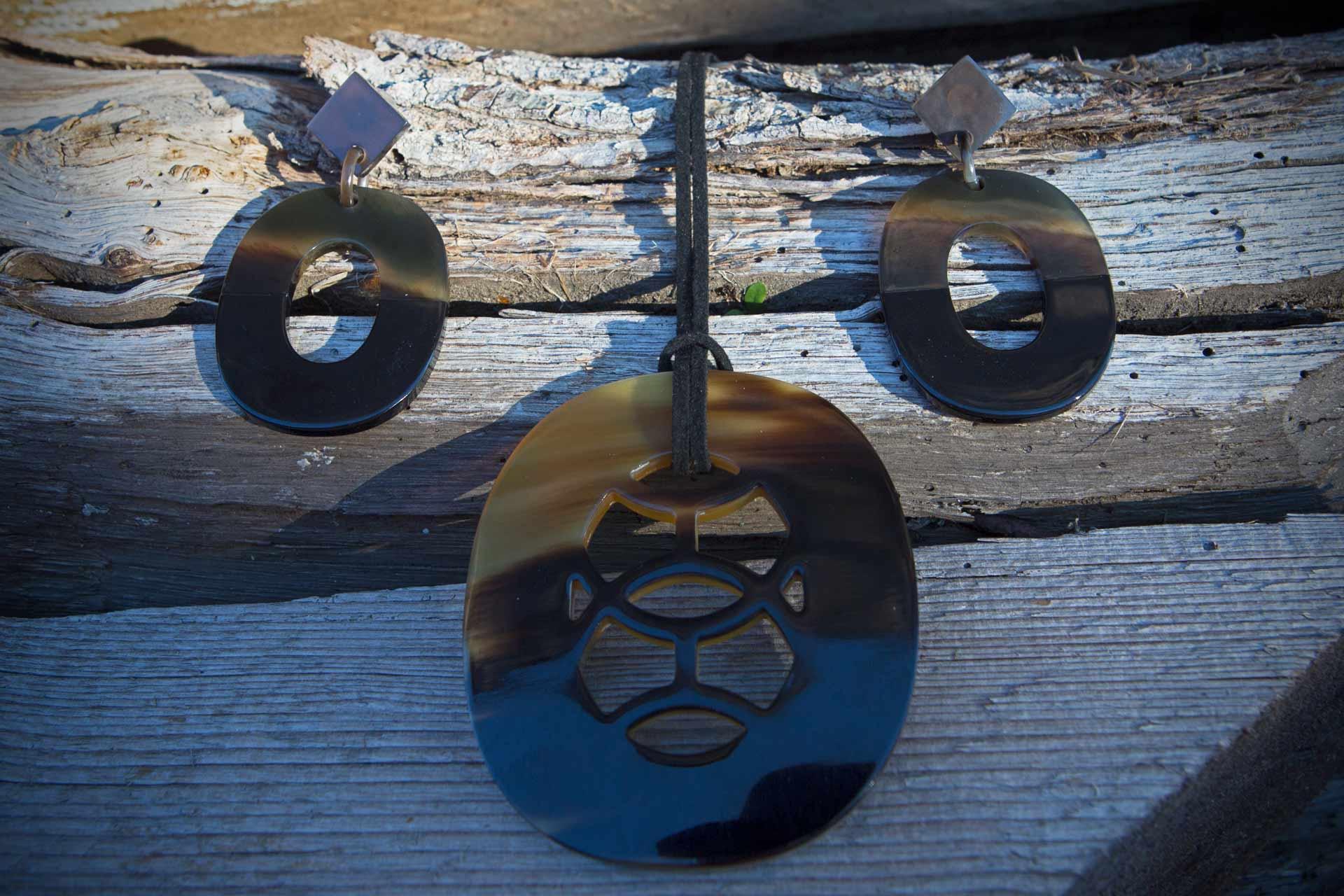 """Anhänger """"Malbec"""" mit Wildlederband u. Hornschliesse, Länge ca. 55 cm, Ohrringe in Natur-/lackierten Horn - Farbe: schwarz"""